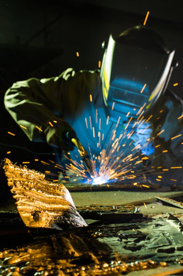 106017-soldador-trabajo-primer-plano-soldaduras-metal_156139-184